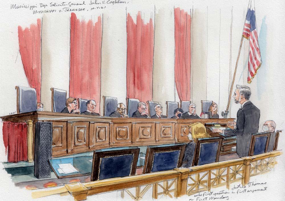 طرح مردی در سخنرانی با هشت قاضی پشت نیمکت نشسته است